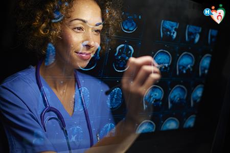 immagine che ritrae un chirurgo che analizza delle radiografie