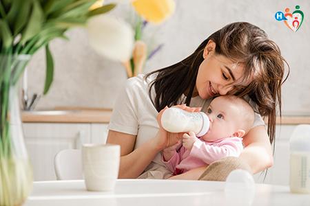 Immagine che ritrae un madre che dà il latte al bambino