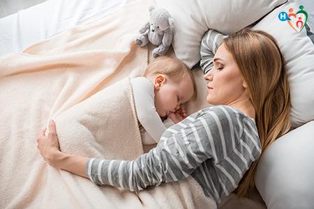 immagine che ritrae mamma che dorme col bambino