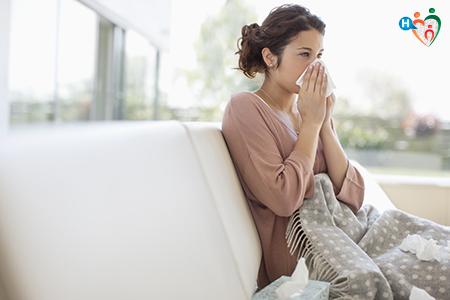 Immagine che ritrae una donna malata seduta sul divano