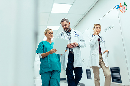 Immagine che raffigura medici in emergenza in corridoio di ospedale