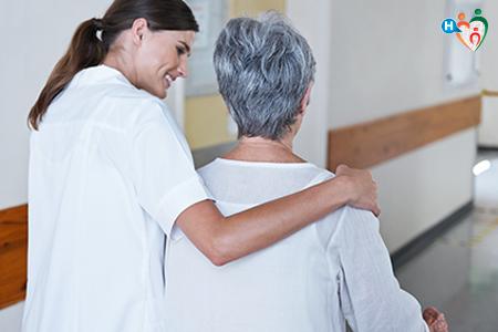 Immagine che ritrae un'infermiera che si prende cura di una donna anziana