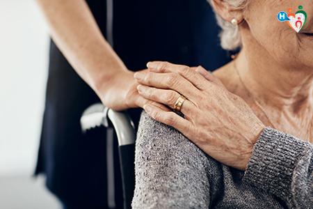 Immagine che raffigura mani di caregiver e anziana