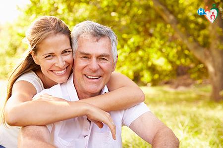 Immagine di una figlia con un padre che si abbracciano