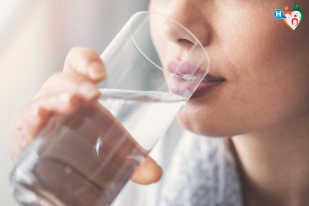 Immagine che raffigura una ragazza che beve un bicchiere d'acqua
