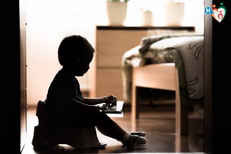 Immagine che ritrae un bambino in penombra sul vasino