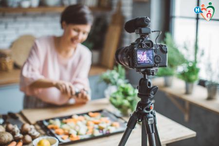 Fotografia di donna che fa un vlog di cucina