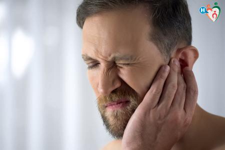 Immagine che ritrae un uomo con infiammazione all'orecchio