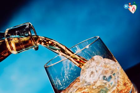 Fotografia che raffigura del whisky versato in un bicchiere