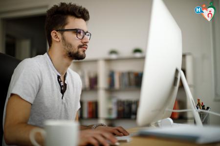 immagine che ritrae un ragazzo che lavora davanti al monitor