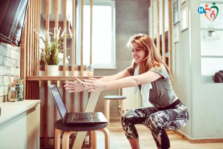 Immagine di una ragazza che fa squat durante una pausa dallo smart working