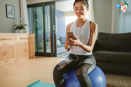 Immagine di una ragazza che sta seduta su una palla medica