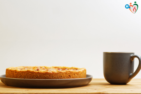 Fotografia di una torta fatta in casa e tè in tazza