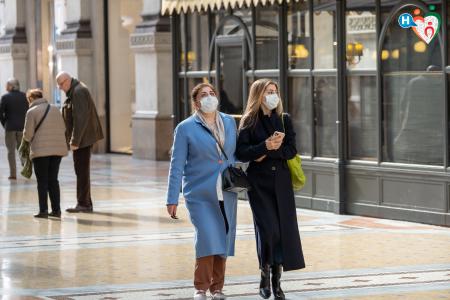 Fotografia che ritrae signore con la mascherina in Corso Vittorio Emanuele a Milano