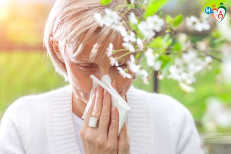 Immagine di una donna allergica al polline