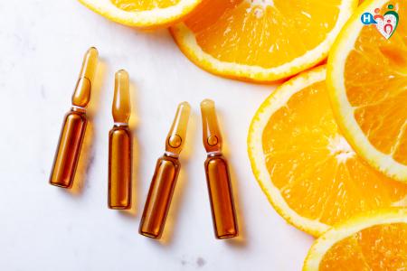 Fotografia di integratori di vitamina C e arance