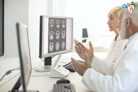 Immagine di medici che discutono di una radiografia cerebrale