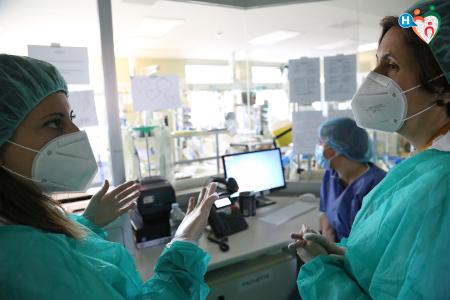 Fotografia di Simone Durante che ritrae un dialogo di operatori sanitari