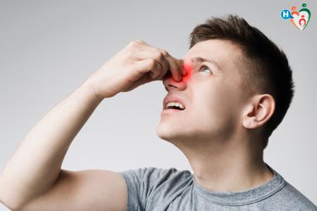 Immagine che raffigura un ragazzo con il naso arrossato dal dolore