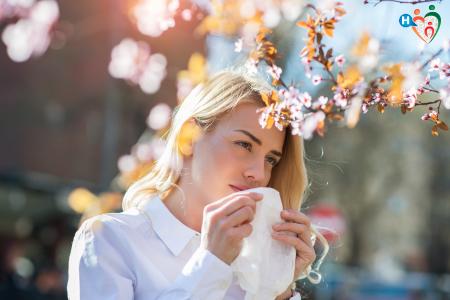 Immagine che ritrae una donna con un'allergia respiratoria