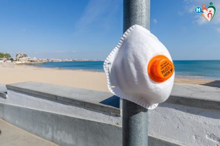 Fotografia che raffigura una mascherina in riva al mare