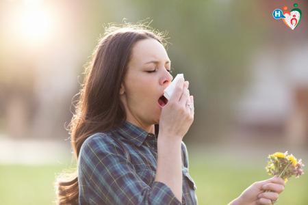 Fotografia di una donna che starnutisce per l'allergia stagionale