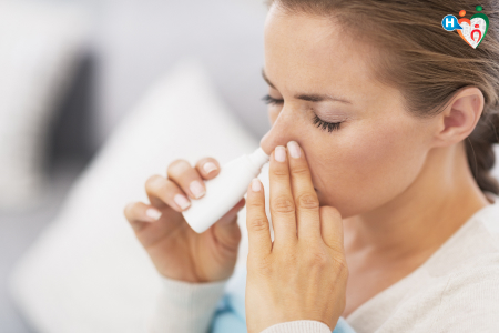 Fotografia di una donna che usa lo spray nasale