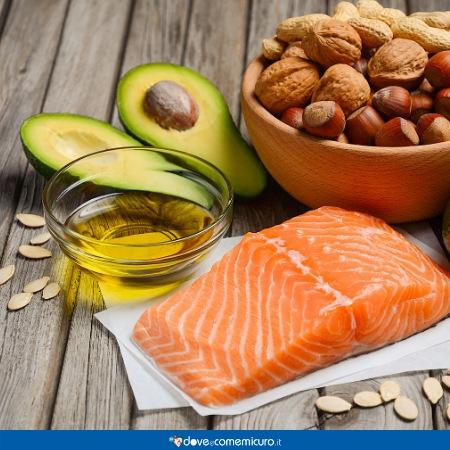 Immagine che ritrae avocado, salmone e noci su un tavolo