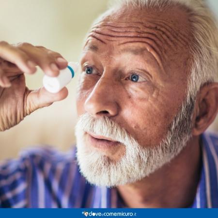 Immagine che ritrae un anziano usa gocce oculari