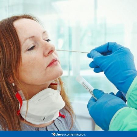 Immagine di donna che effettua il tampone nasale