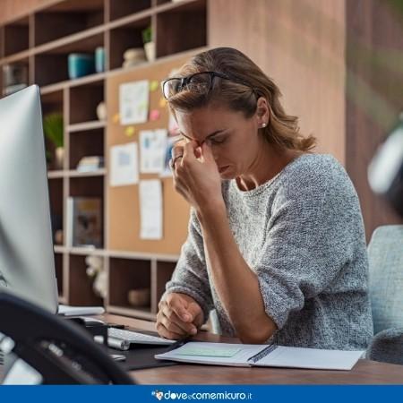 Fotografia di una donna con mal di testa