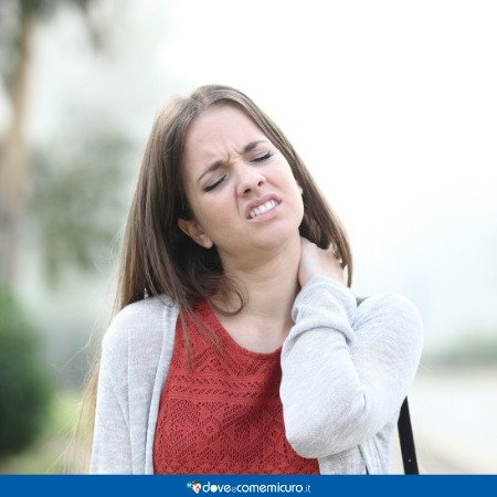 Immagine che raffigura una donna che ha dolore alla schiena