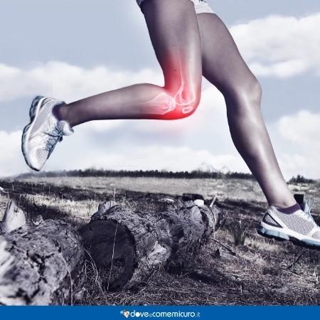 Immagine che ritrae una donna che corre con dolore al ginocchio