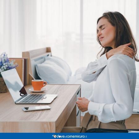 Immagine di una donna che assume posizioni scorrette alla scrivania