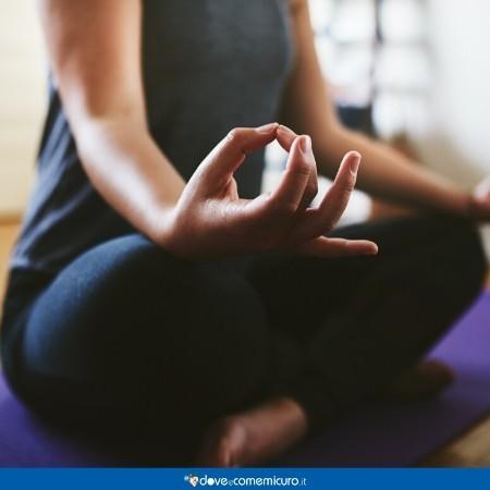 Immagine che ritrae una donna che pratica meditazione e yoga