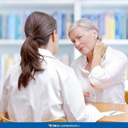 Immagine che ritrae una donna che soffre di fibromialgia che chiede consulenza al medico