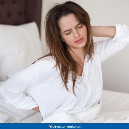 Immagine che ritrae una donna che soffre di dolore al collo