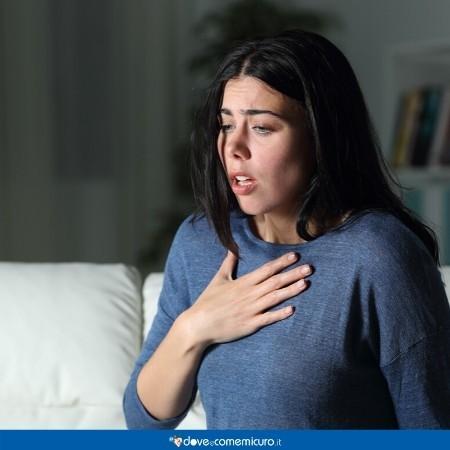 Immagine di una ragazza che sta avendo un attacco d'ansia