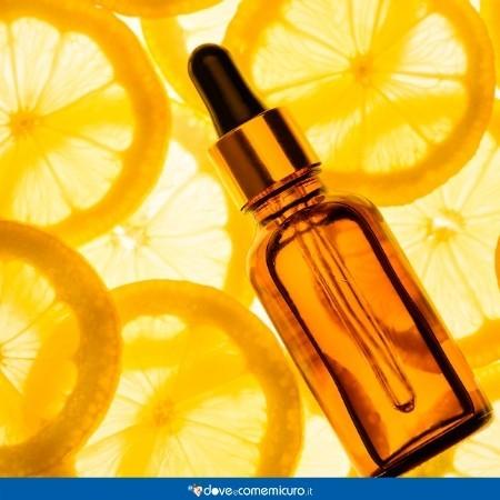 Immagine che ritrae un integratore di vitamina C e alcune fette di arancia