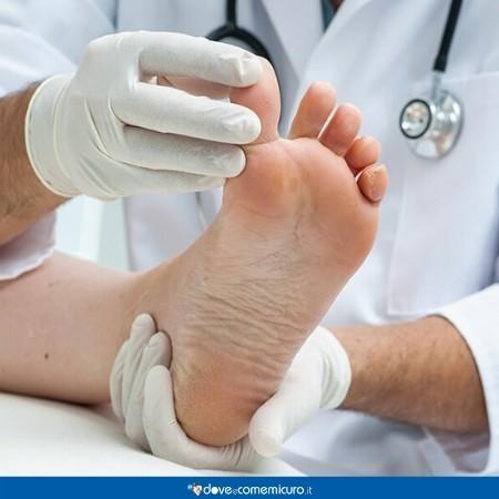 Immagine che ritrae un piede durante una visita dal medico