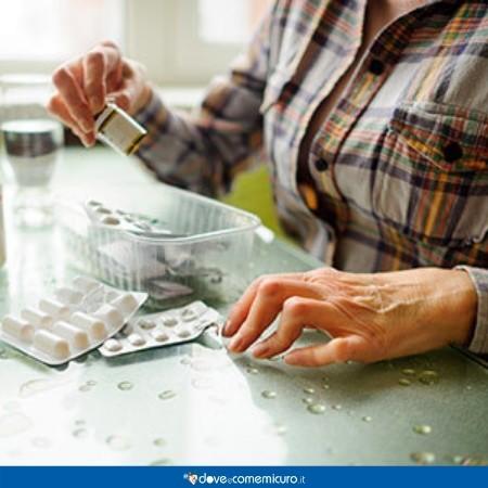 immagine che ritrae un anziano che prende le medicine