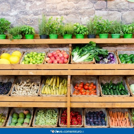 Immagine che ritrae uno scaffale pieno di frutta e verdura fresca di stagione