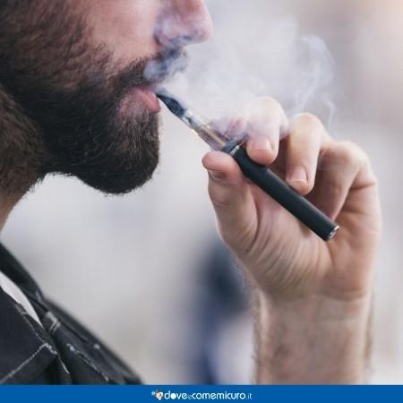 """Immagine che raffigura un uomo nell'atto di """"svapare"""" da una sigaretta elettronica"""