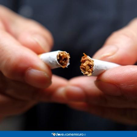 Immagine che ritrae le mani di una persona che spezzano una sigaretta a metà