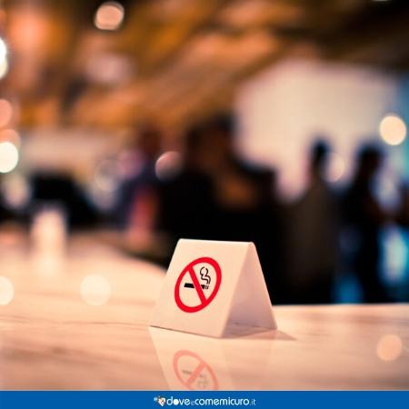 Immagine che rappresenta un segnale che vieta il fumo nei luoghi pubblici