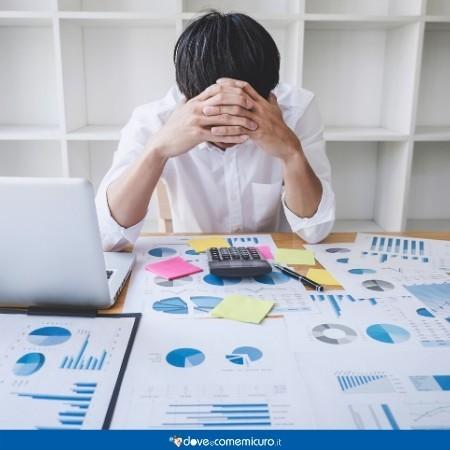 Immagine che ritrae un adulto in crisi al lavoro