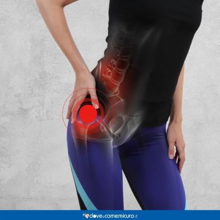 Immagine che ritrae una donna che si tiene l'anca per il dolore