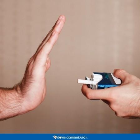 Immagine che ritrae una persona che rifiuta una sigaretta offerta