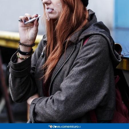 Immagine che ritrae un'adolescente mentre fuma una sigaretta