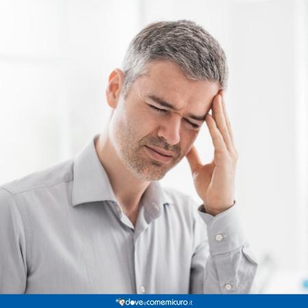 Immagine che ritrae un uomo con il mal di testa